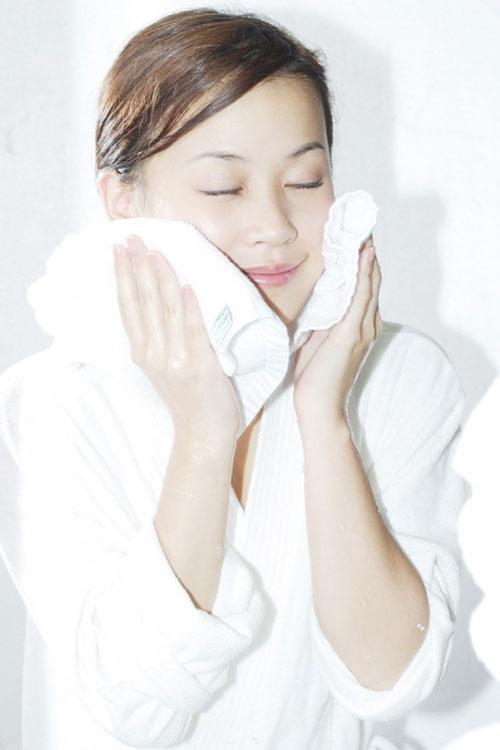 Chỉ nên chấm khăn lên mặt để làm khô, không nên chà xát mạnh lên da, gây tổn thương da.