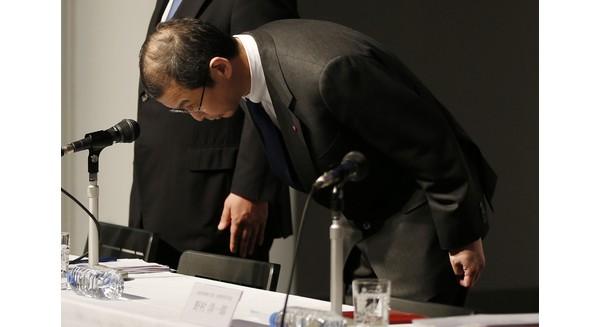 Chủ tịch và Giám đốc điều hành Shigehisa Takata Takata Corp, cùng với các giám đốc điều hành, Yoichiro Nomura và Hiroshi Shimizu, cúi đầu nhận lỗi trong buổi họp báo về việc thu hồi túi khí của công ty Nhật Bản, tại Tokyo Thứ 5 Tháng 6 25, 2015. (AP Photo / Shuji Kajiyama)